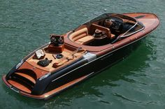 luxury speedboat: Aquariva 100 (via www.maggiemaggi.it) • side view