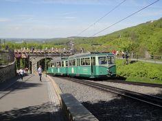 Drachenfelsbahn vor Schloss Drachenburg in #Koenigswinter http://www.ausflugsziele-nrw.net/drachenfels/