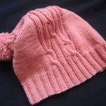 Легко и просто можно связать модную в последнее время шапку с бантом спицами, если воспользоваться очень подробным мастер-классом от сайта Дизакс.
