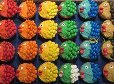 Fleurige vissen, cakejes met gekleurde glazuur en smarties èn één met snoepjes voor een kind dat geen chocola mag.