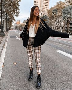 Plaid pants outfit ideas, anything from high waisted to grunge looks is covered! Cute Casual Outfits, Winter Outfits, Cute Pants Outfits, Plaid Pants Outfit, Moda Fashion, College Outfits, Facon, Black Cardigan, Aesthetic Clothes