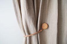カーテンを途中で束ねられる木製マグネット入りタッセルです