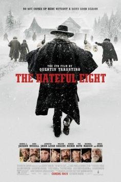 """Western türündeki film, İç Savaş'ın bitmesinden altı, sekiz ya da 12 yıl sonra, bir grup yabancının, tipiden kurtulmak için dağdaki bir konaklama yerine sığınmasını ve gizli bağlılıkların hayatta kalmalarını tehdit ettiğini anlamalarını konu ediyor. The Hateful Eight'te bir posta arabası, kış soğuğu yaşayan Wyoming'den geçer. Yolcular, cellat John Ruth ve yakaladığı kaçak Daisy Domergue, Domergue'nun adalete teslim edilmesi için Ruth'un """"Cellat"""" olarak bilindiği Red Rock kasabasına hızla yol"""