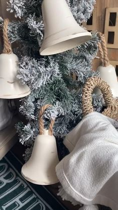 Homemade Christmas Decorations, Country Christmas Decorations, Christmas Ornament Crafts, Christmas Centerpieces, Christmas Bells, Diy Christmas Ornaments, Rustic Christmas, Xmas Decorations, Christmas Projects