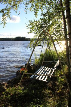 Mielenmaisema, illan viimeiset säteet Summer Cabins, Porch Swing, Outdoor Furniture, Outdoor Decor, Finland, Brown And Grey, Cottage, House Design, Beach