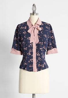 Moonflower Blooms Tie-Neck Blouse - Made from a luxe, navy blue woven fabric, this button-front shirt by Collectif is printed with whimsical moon and floral motifs in a dusty pink hue. Inspired by put-together, retro styles from the '60s, this blouse really takes hold of the contrasting pink detailing at the grandiose cuffs and collar as a signature. Let the tie-neck detailing peak out from under a knit sweater for a posh, vintage-inspired look perfect for fall. Modest Dresses, Fall Dresses, Fall Outfits, Plus Size Fashion Dresses, Plus Size Outfits, Vintage Inspired Dresses, Vintage Style Outfits, New Arrival Dress, Tie Neck Blouse