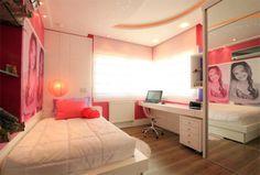 """Este dormitório é de uma menina de 12 anos. Nele, a arquiteta Michelle Palaver utilizou o recurso de espelhos nos armários e nichos. A cor preferida da menina, rosa, foi mesclada com lilás e branco. A iluminação é bem especial: dicróicas, sanca luminosa no formato de lua e borda tipo """"céu estrelado"""" em pontos de leds."""