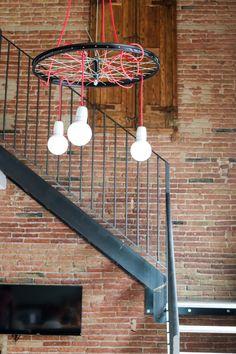 DIY Lampe aus einem alten Fahrradreifen - schönste Unterkunft in Barcelona