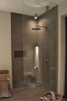 Unser ganzer Stolz: eine bodenebene Heiler-Dusche mit Glaswand - ist sie nicht schick!?!