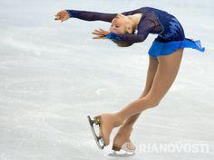 Yulia Lipnitskaya, Ice Skating Dresses, Cool Poses, Ice Dance, Ballet, Hanyu Yuzuru, Pictures To Draw, Drawing People, Pose Reference