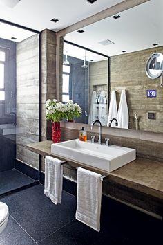 Banheiro | O arquiteto Nelson Kabarite optou pelo uso do granito no piso e nos rodapés (Foto: Victor Affaro/Editora Globo)