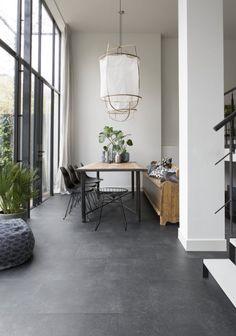 Prachtige woonkeuken met zwarte pvc-vloer en gezellige eethoek - Shopinstijl.nl