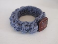I just love this crocheted vintage button bracelet. Going on my list.