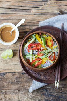 Nudeln mit Asia-Style-Erdmandelsoße (vegan, ballaststoffreich und yum) - Carrots for Claire