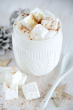 ❄Winter Cottage❄ - White Chocolate Cappuccino with Marshmallow Yummy Drinks, Yummy Food, Think Food, Hot Chocolate, Chocolate Marshmallows, Homemade Marshmallows, Chocolate Blanco, Winter Wonderland, Sweet Tooth