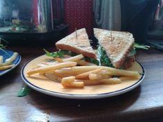 Club sandwich lohella ja vuohenjuustolla
