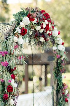 boda de Los Ángeles a los paneles de madera de la calle de cimentación altar de la boda Delancey con flores rojas y blancas y la decoración verde que cuelgan a través altar para la ceremonia de la boda