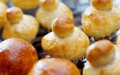 Briocher med ost Brioche er et luftigt fransk hvedebrød med en elastisk konsistens og en skøn smørsmag.