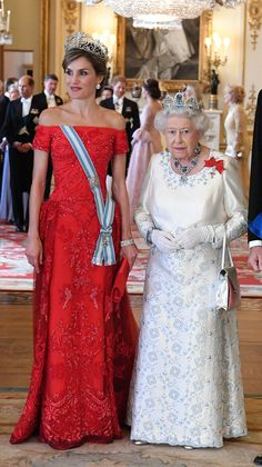 Letizia, The Queen of Spain stunned in a beautiful red dress whilst the Queen of England looked resplendent in a white gown embroidered with soft blue florals Estilo Real, Prinz Philip, First Ladies, Style Royal, Beautiful Red Dresses, Queen Of England, Princess Anne, Herzog, Queen Elizabeth