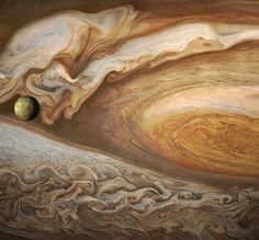 Detalle de la gran tormenta de Jupiter. Foto tomada desde la sonda espacial Juno.... al frente uno de sus satélites naturales IO