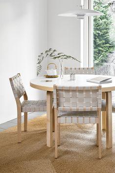 Durch eine Sitzfläche und Rückenlehne aus verwobenem Leinenstoff erhält dieser Artek Stuhl sein unverkennbares Erscheinungsbild, das an die traditionelle Webtechnik erinnert. Zusammen mit dem Gestell aus hellem Birkenholz überzeugt er durch seine natürliche, hochwertige Gestalt. #stühle #esszimmer #chairs #diningroom #wohnzimmer #stuhl #artek #küche #möbel #leather #furniture #sitzmöbel #esszimmerstühle #chair #seatingfurniture #kitchen #leinen #linen Alvar Aalto, Chair Design, Furniture Design, Dining Chairs, Dining Table, Dining Room, Interior Inspiration, Design Inspiration, Interior Architecture