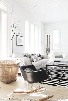 olohuone,design,valoisa,avara,minimalistinen,matto,sohva,keinutuoli,tuoli,vaaleat sävyt,sohvapöytä,kori