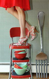 pyrex (and amazing retro red step stool) Vintage Love, Vintage Decor, Retro Vintage, Vintage Items, Vintage Pyrex, Vintage Stores, Vintage Dishes, Vintage Girls, Granny Chic