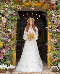 Maravilhosa ❤️ . . Via: @noivasdobrasil - @marinaruybarbosa MARAVILHOSA! #mxwedding Linda em seu casamento íntimo na capela e no campo com #vestido assinado por @sandro_barros com direito a 3 tipos de rendas feitas na Inglaterra, uma italiana e dois tipos de tule!♥️ . . . . . . . . . . . . . . . . . @primefotocinema #casamentomarinaexande #amor #familia #MarinaRuyBarbosa #marinaexandinho #noivasdobrasil #blogdecasamento #noiva #bride #mxwedding #casamentodoano #familia #sandrobarros #s...