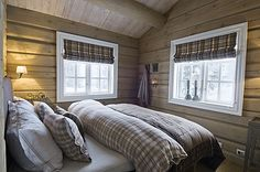 Love this small and cozy bedroom Cabin Curtains, Lodge Style, Cabin Interiors, Cabins And Cottages, Cozy Cabin, Winter House, Log Homes, Interior Design, Home Decor