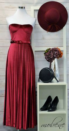 Abendkleid aus Samt im warmen Farbton Bordeaux - ein absoluter Traum Overall Jumpsuit, Bordeaux, Girls, One Shoulder, Formal Dresses, Fashion, Pink, Sequin Shirt, Green Flowers