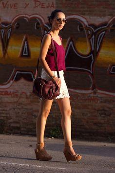 Verónica de With or Without Shoes, tan guapa y elegante en un look muy cómodo y fresco para este verano, hoy lleva nuestra pulsera de serpiente de MAR BCN para complementar su look, consíguela en: www.marbcnshop.com/es/pulseras/164-pulsera-serpiente-dorada.html