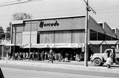 La multitud se congrega en el popular mercado de Mixcoac, sobre la avenida Revolución, para aprovechar la gran barata durante los festejos del primer aniversario en 1956