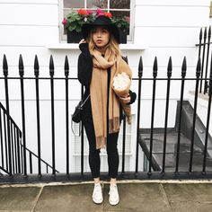 Black with tan, a lovely outfit for autumn! Uni Outfits, Casual Outfits, Fashion Outfits, Fashion Tips, Fashion Blogger Style, Fashion Mode, Fall Winter Outfits, Autumn Winter Fashion, Winter Style