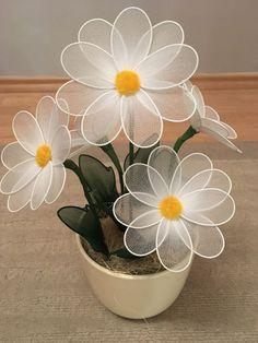 Flores de seda: fácil passo a passo + 21 lindas modelos Nylon Flowers, Fake Flowers, Diy Flowers, Flower Vases, Fabric Flowers, Diy Arts And Crafts, Diy Crafts, Nylon Crafts, Beautiful Flowers Wallpapers