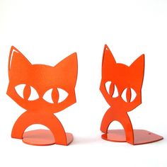 A couple (2!) of adorable, colorful and durable book-ends in the shape of a cat. Named after a very special cat I know… :) Simple and cute, wouldn't you like to adopt them? Available in orange or green.