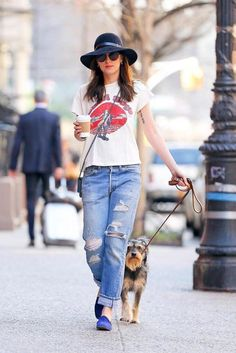 Dakota Johnson out for a walk with Zepp in NY - 12 April 2015 Estilo Dakota Johnson, Dakota Johnson Street Style, Dakota Johnson Hair, Dakota Style, Dakota Mayi Johnson, Moda Outfits, Midi Skirts, Denim Overalls, Distressed Jeans