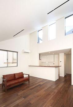 オーワークスが目黒区鷹番に建築した3階建て注文住宅です。住宅密集地でもプライバシーを確保しながら空が見えるコンセプトの建物です。ルーフバルコニーから光や風を通します。 Track Lighting, Loft, Ceiling Lights, Furniture, Home Decor, Decoration Home, Room Decor, Lofts, Home Furnishings