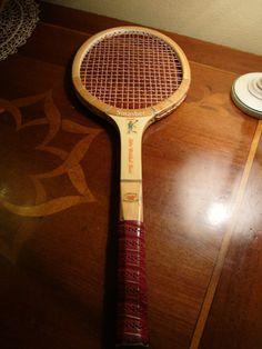 Una racchetta da tennis vintage che per gli amanti di questo sport... guardate un po' in cosa si può trasformare...! La proponiamo a 10 euro. (relativi segni del tempo)