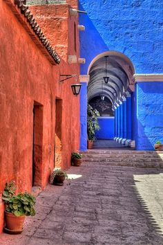 Monasterio de Santa Catalina, Arequipa, Perù. Santa Catalina is like a small town of its own, and the streets are all brightly coloured (red, blue and white).
