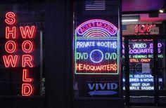Comment la pornographie rend les inégalités sexuellement excitantes ParRobert Jensen, THE WASHINGTON POST, le 25 Mai 2016  World Center, commerce de l'industrie du sexe à Times Square, New York. …