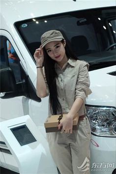 上海モーターショー コンパニオンが制服姿の販売員に変身--人民網日本語版--人民日報