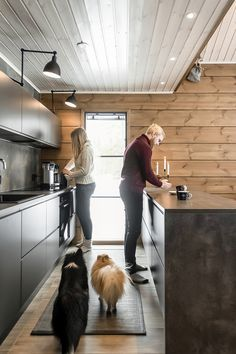 Breathing is easy – this is the atmospheric log cabin home loved by Ellinor and Adrian - Honka Cabin Style Homes, Log Cabin Homes, Log Cabins, Log Home Interiors, Dark Interiors, Log Cabin Furniture, Western Furniture, Mison, Shed Interior