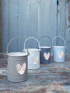 Portavelas hechos con latas. Reciclaje. Lanternas com baldinhos de metal pintados.