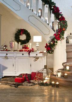 So funktioniert der Look »Santa Style«: Kerzenschein, eine weihnachtliche Girlande und eine süße Konsolen-Deko aus Plätzen und Zuckerstangen, sowie hübsch verpackte Geschenk-Kartons wecken festliche Vorfreude! // Weihnachten WeihnachtsDekoration Advent Winter Girlande Geschenke Kerzen Konsole #Weihnachten #WeihnachtsDekoration #Ideen #Advent #Girlande #Kerzen