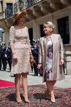 25 May 2018 - Queen Maxima of The Netherlands and Grand Duchess Maria Teresa of Luxembourg in Luxembourg Ways To Wear A Scarf, How To Wear Scarves, Mature Fashion, Plus Size Fashion, Style Royal, Mermaid Prom Dresses Lace, Maria Teresa, Classy Suits, Queen Maxima