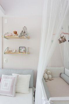 Berço com dossel anti mosquito e cama de babá no Projeto da arquiteta  Karen Pisacane