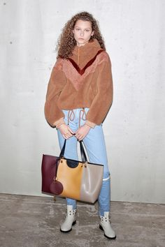 See by Chloé Pre-Fall 2019 Fashion Show Collection: See the complete See by Chloé Pre-Fall 2019 collection. Look 1 New York Fashion, Fashion News, Fashion Trends, Vogue Fashion, See By Chloe Bags, See By Chloé, Fall Lookbook, Fall Handbags, Dress For Success
