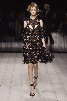 Alexander McQueen: surrealismo e mood rocker para o inverno 2017 - Vogue   Desfiles