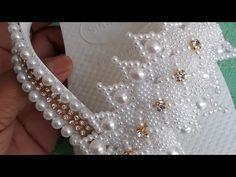 Cabedal de pérolas craqueladas - YouTube Bead Crochet, Crochet Necklace, Beaded Necklace, Beaded Bracelets, Seed Bead Flowers, Beaded Flowers, Bridal Flip Flops, Mermaid Crown, Beaded Crafts