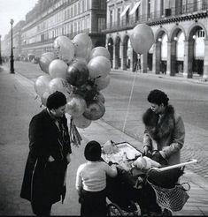 Un vendeur de ballons, rue de Rivoli, en 1946. Une photo de © Robert Doisneau  (Paris 1er/4ème)